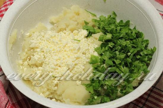 смешать начинку из картошки брынзы и черемши