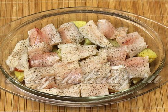 выложить слоями в форму лук и рыбу