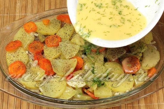 Выливаем яично-сметанный соус в картофель