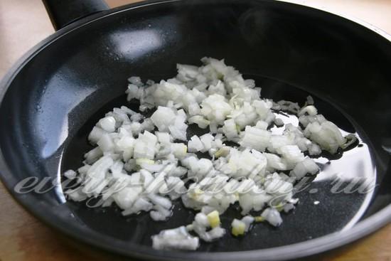 Выкладываем порезанный лук на сковороду