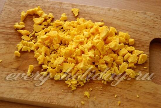 желтки режем на мелкие кубики