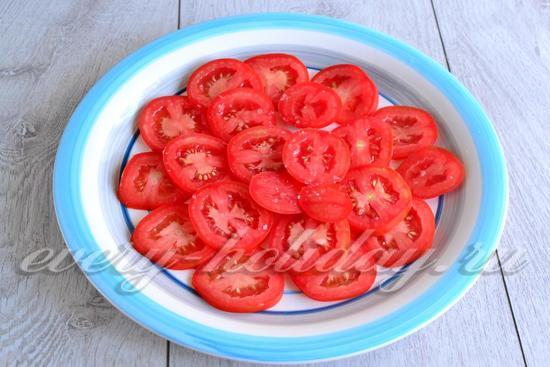 помидоры нарезаем кружочками и выкладываем