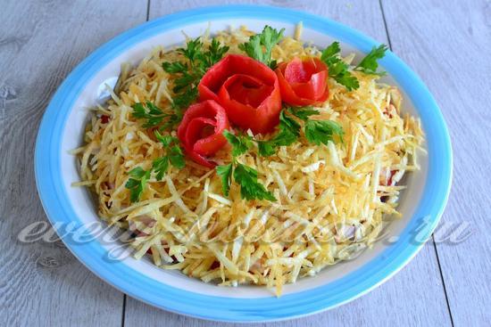 салат можно украсить зеленью и цветками из помидоры.