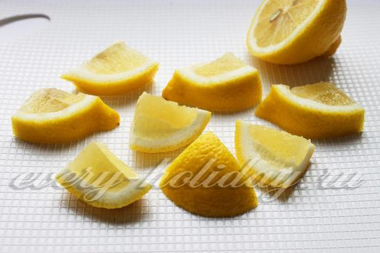 Лимон нарезать с кожицей