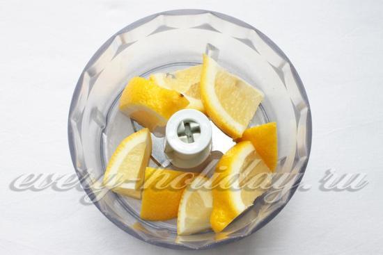 Выложить кусочки лимона в чашу блендера