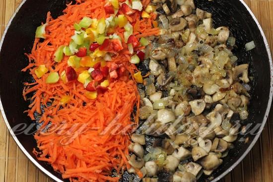 добавим морковь и кусочки перца