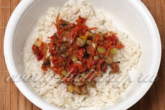 Смешиваем рис с овощами и грибами