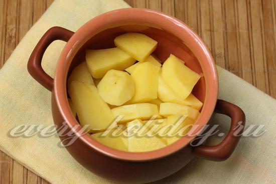 На дно порционного горшочка кладем картофель