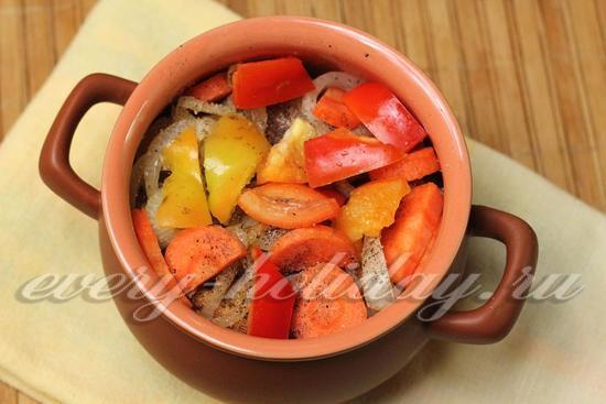 высыпаем морковь и болгарский перец,