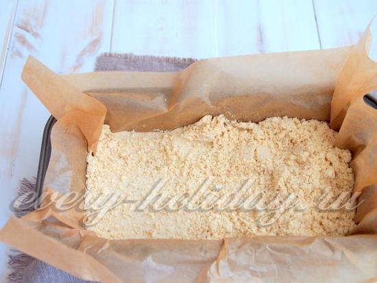 заготовку выложите на форму, застеленную пищевой бумагой.
