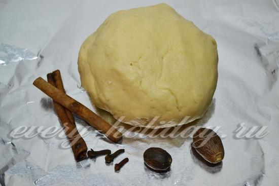 Насыпаем просеянную муку с разрыхлителем, молотую корицу и мускатный орех