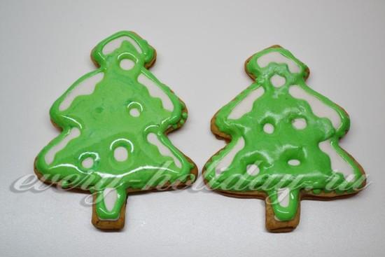 Делаем зеленую глазурь и наносим на елки «хвою»