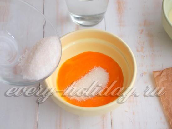Введите к желткам сахар