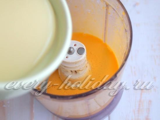 Добавьте в блендер сгущенное молоко
