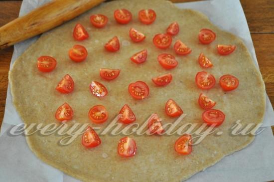 выкладываем их на тесто помидоры