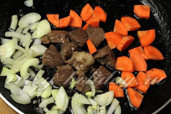 Добавляем к мясу лук и морковь