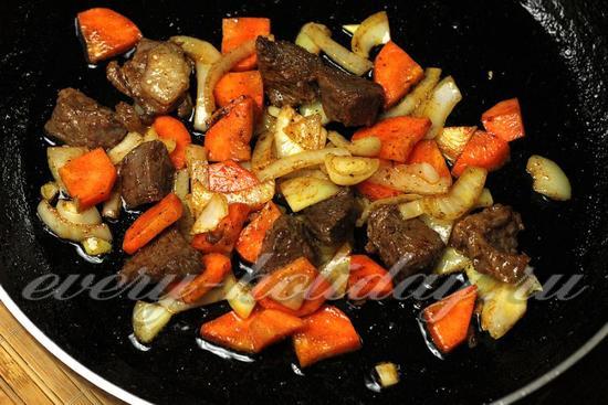 добавить к мясу специи и приправы