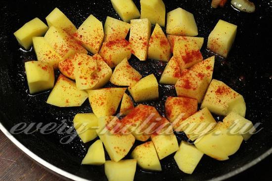 обжарить картофель с паприкой