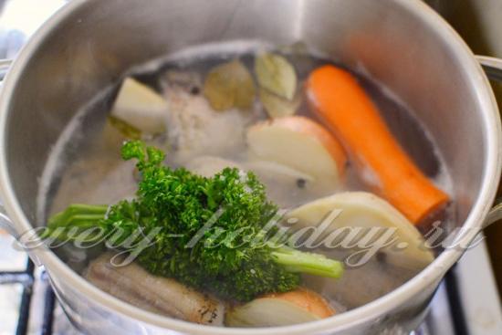 Добавляем к содержимому кастрюли специи, соль и подготовленные овощи