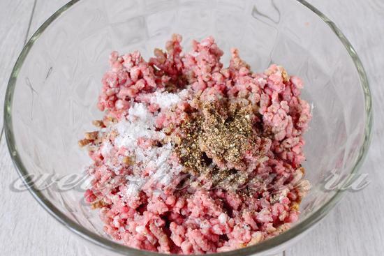 В фарш из свинины добавляем по вкусу соль и молотый перец