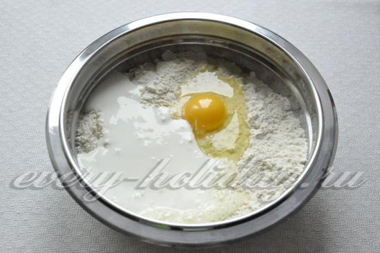 Добавить в тесто яйцо и кефир