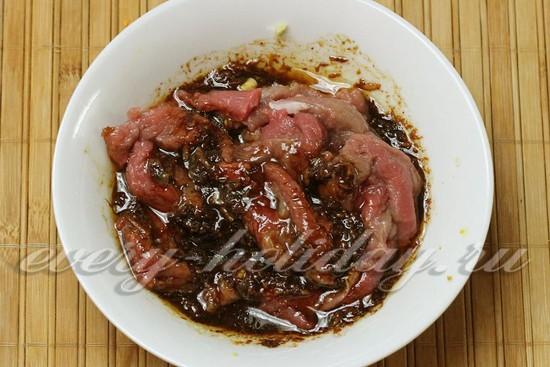 Переложить в маринад нарезанную говядину.