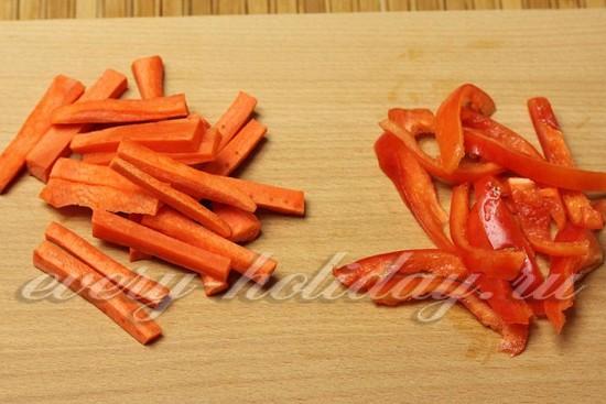 Морковь и сладкий перец нарезать тонкой соломкой.