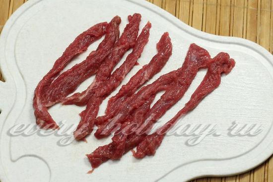 пласт разрезаем ножом на тонкие длинные полоски