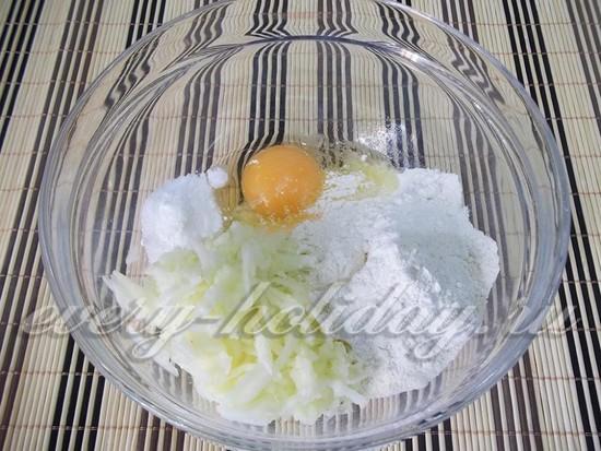 Добавьте сахар по вкусу, щепотку соли и вбейте яйцо