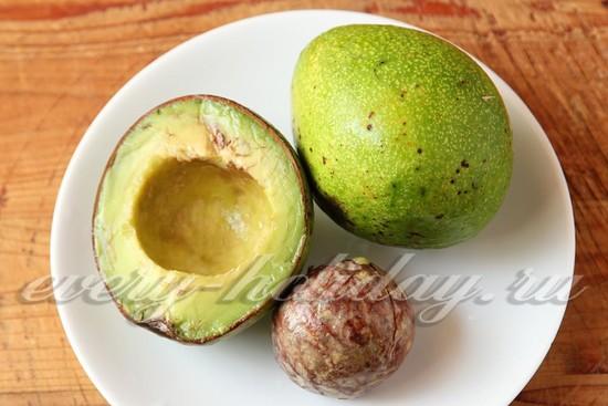 авокадо очистить и извлечь косточку