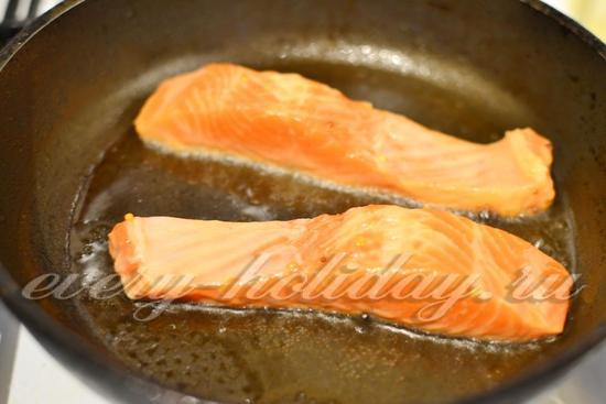 На раскаленную сковороду наливаем масло и выкладываем маринованные кусочки форели