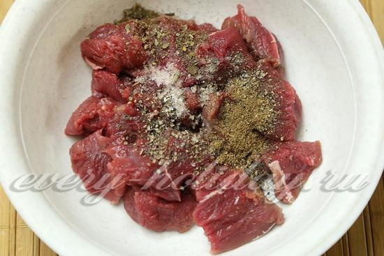 Посолить мясо, добавить специи