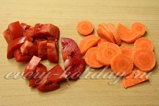 Помидоры нарезать дольками, морковь кружочками