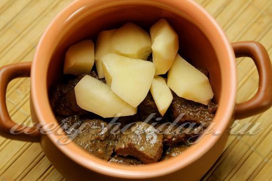 в горшочек выложить мясо и картошку