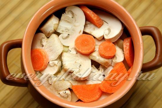 Сверху выложить слой грибов, кружочки моркови