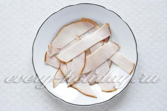 Варено-копченую шинку нарезать тонкими полосками