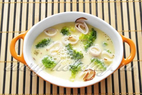 Яично-сливочной смесью залить брокколи и мясо