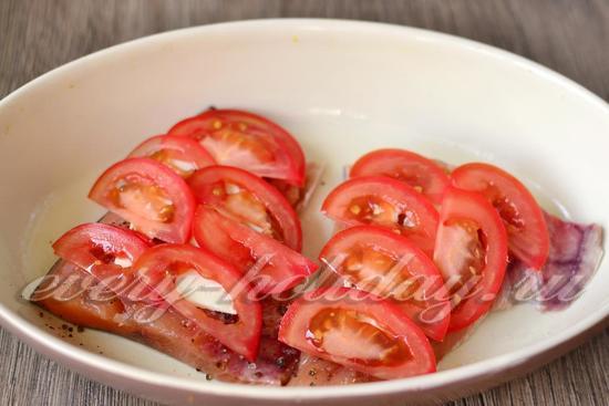 томаты нарезать, уложить слоем
