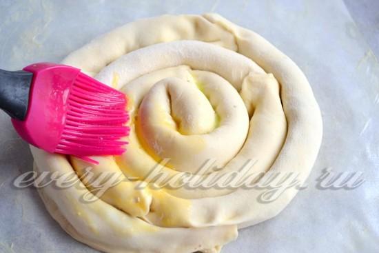 взбиваем желток с водой и смазываем сверху смесью поверхность пирога