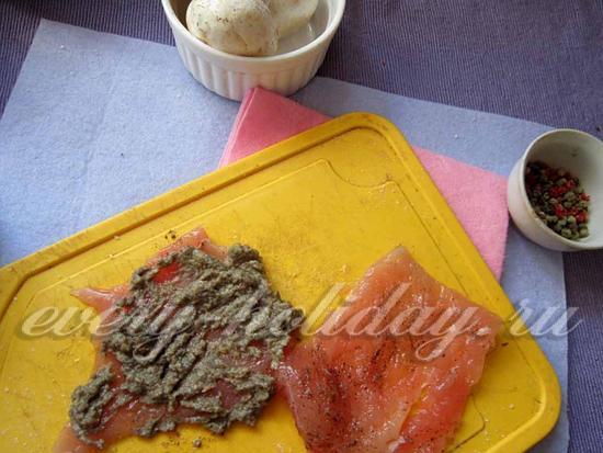 Смажьте грибной массой мясо