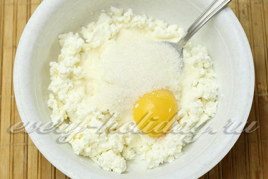 добавьте сахар и желток