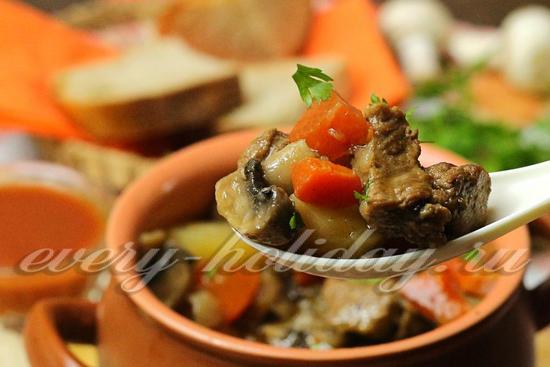 Жаркое из говядины с грибами в горшочке