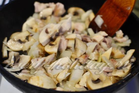добавить лук и грибы