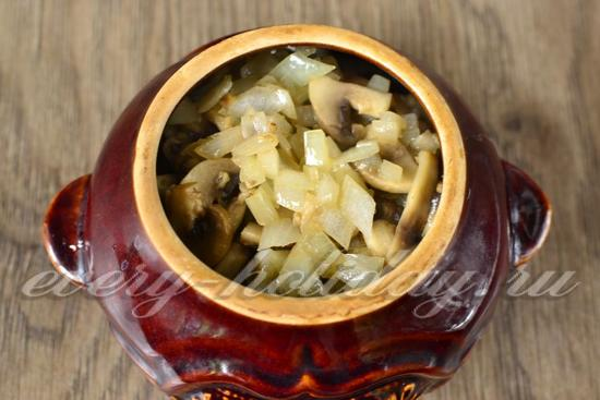 выложить грибы с луком