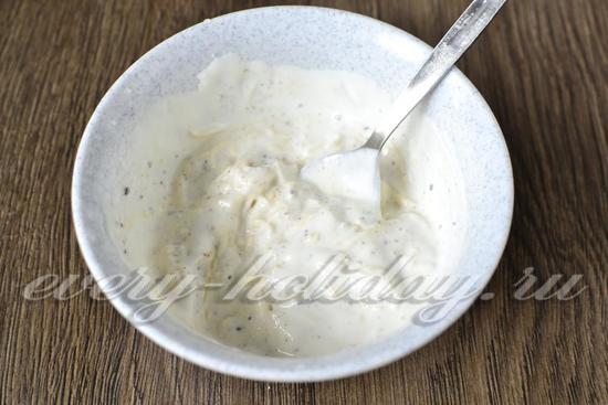 сыр перемешать со сметаной и специями