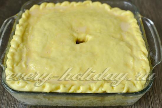 Смазываем пирог яично-молочной смесью
