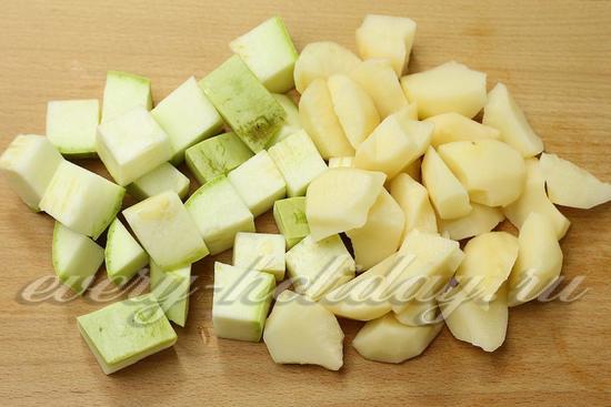 Картофель и кабачок режем