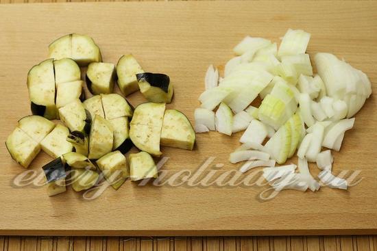 нарезаем лук и баклажаны
