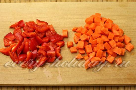 нарезаем перец и морковку