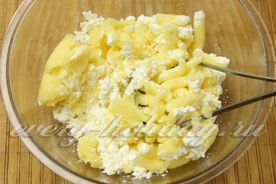 Смешиваем творог с картошкой